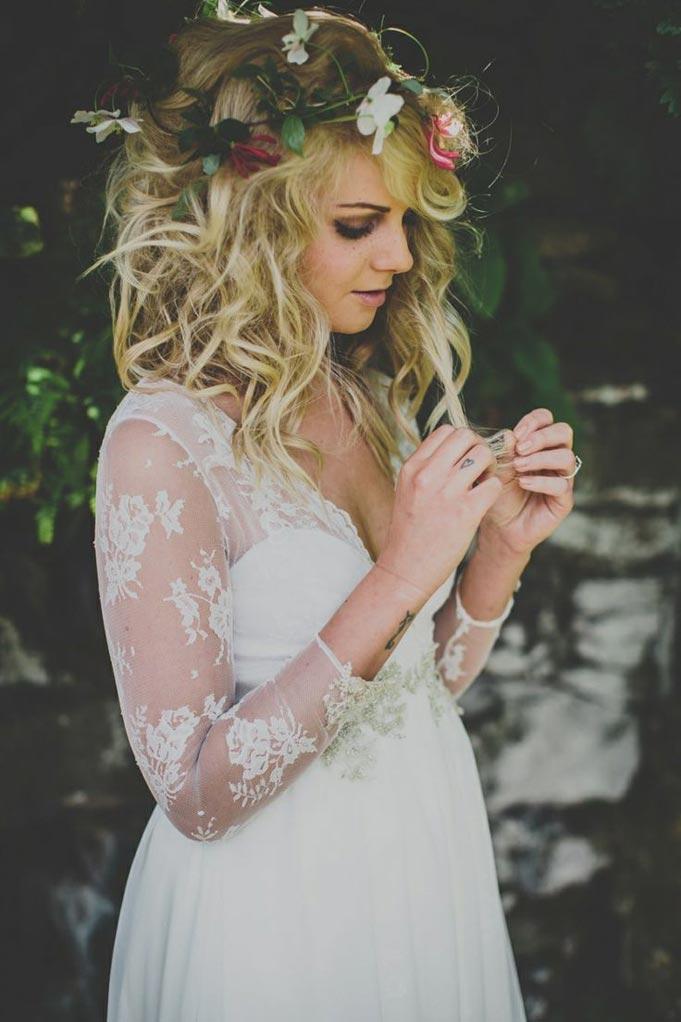 coiffure de mariee avec des fleurs dans les cheveux (9)