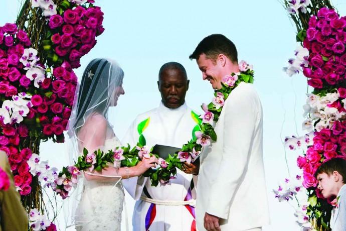Un couple mexicain entourée de fleurs