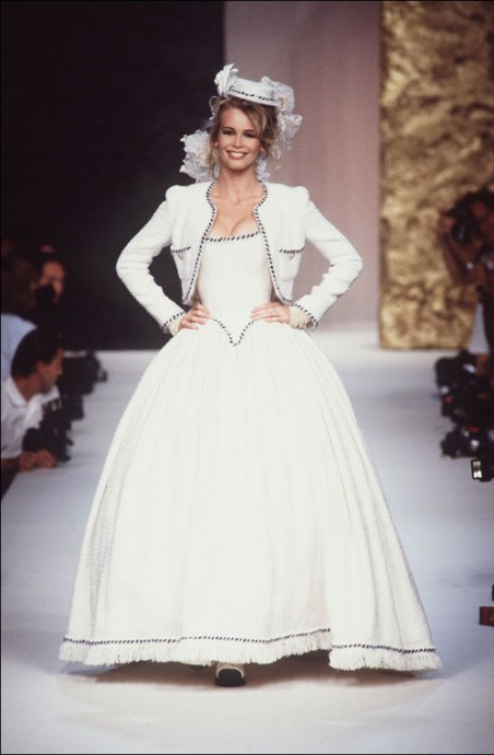 claudia schiffer defile haute couture chanel collection automne hiver 1991 1992