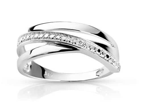 L'or blanc et les diamants, le duo toujours gagnant ! C'est sur quoi mise cette alliance aux trois anneaux de style très classique. Et pour son prix tout mini, difficile de résister ! Bague Argent 925 Diamant, Maty, 65 euros.