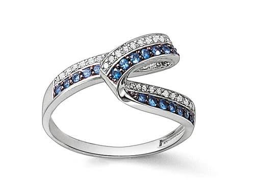 """Cette belle alliance entrelacée joue la carte de la modernité avec une boucle de diamants et de saphirs. Alliance """"Or gris et saphirs"""", Le Manège à Bijoux, 328 euros."""