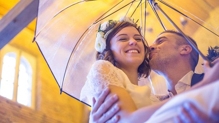 couple-mariage-parapluie-nature