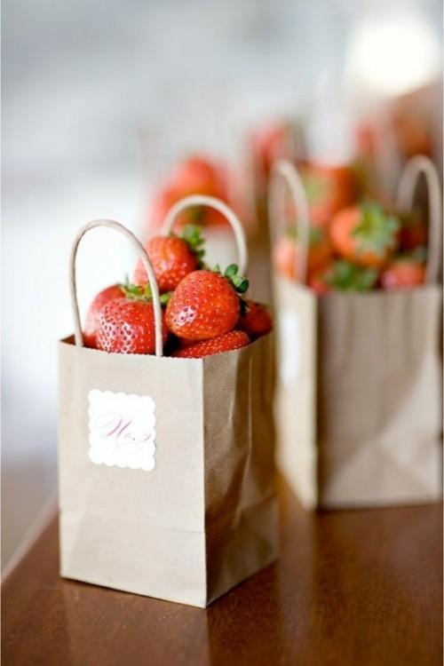 idee-cadeau-invite-mariage-fraise