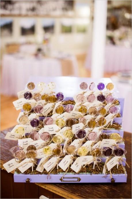 Vous aimez les sucettes ? Si bien que vous avez envie qu'elles vous servent de marque place ? Plusieurs couleurs, plusieurs goûts, pour un mariage des plus acidulés !