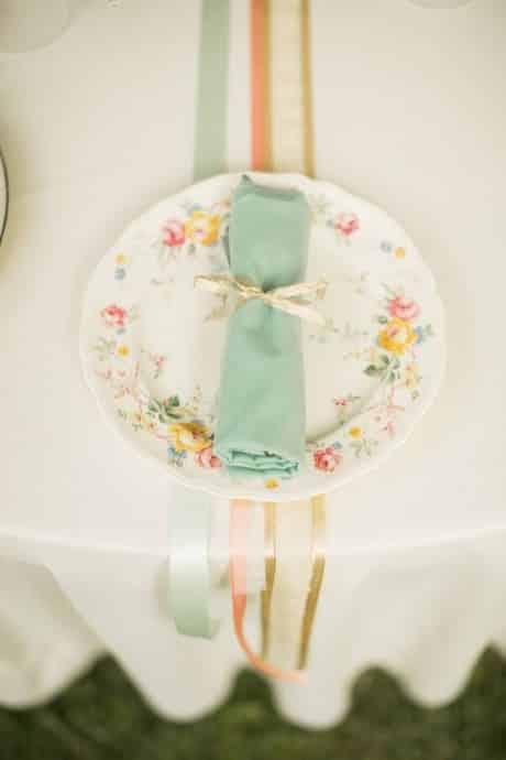 presentation assiette pour dressage table mariage ton pastel