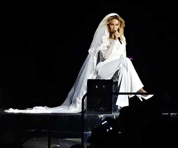En 2014, la diva chante en combinaison de mariage lors de son On The Run Tour.