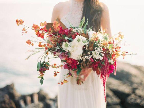 bouquet sauvage rouge orange blanc feuillage