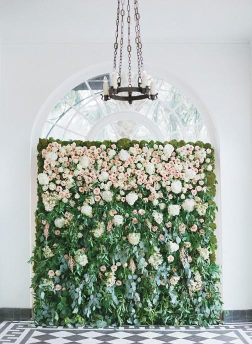 mur vegetal avec fleurs roses
