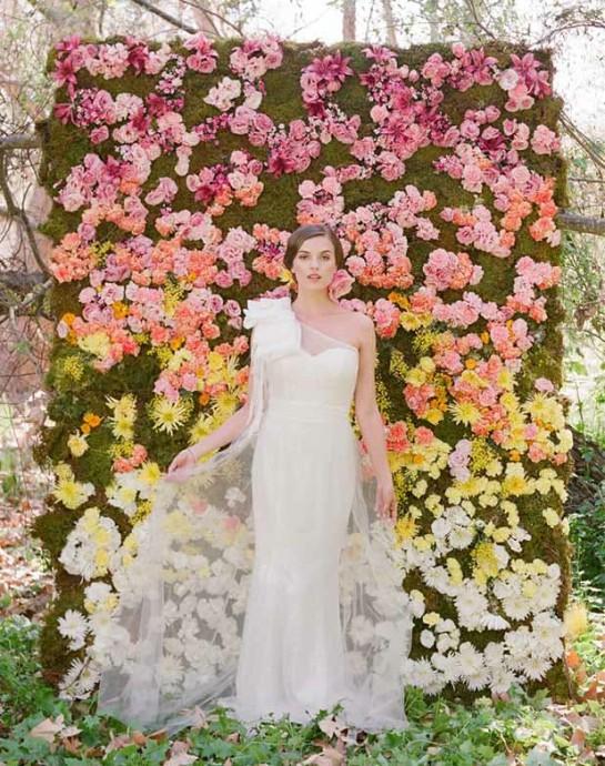 photocall vegetal en paille avec fleurs roses jaune et blanches