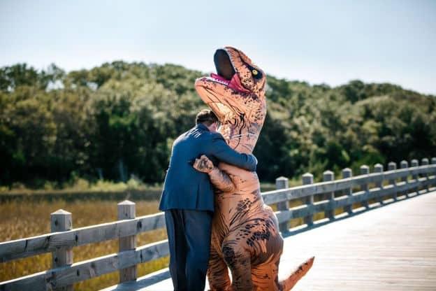 elle surprend son mari en costume de t rex