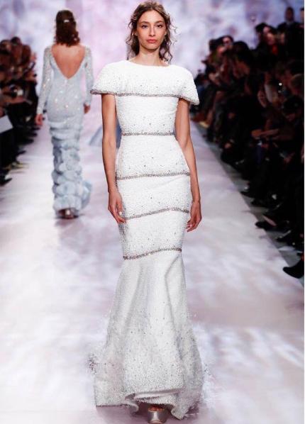 Place aux 10 plus belles robes de mari e d couvertes lors for Prix de robe de mariage en or georges chakra