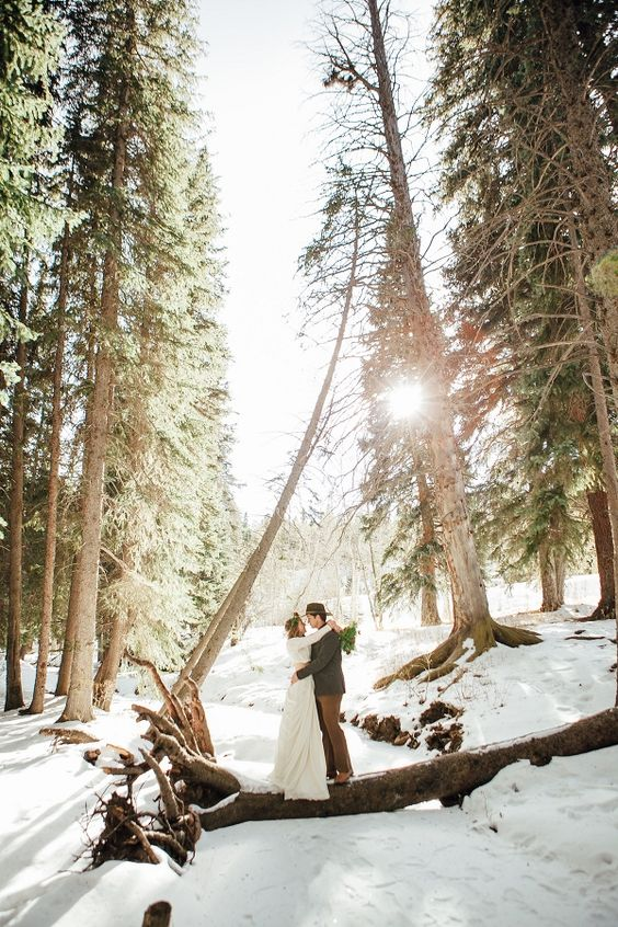 maries heureux et amoureux sous la neige en foret