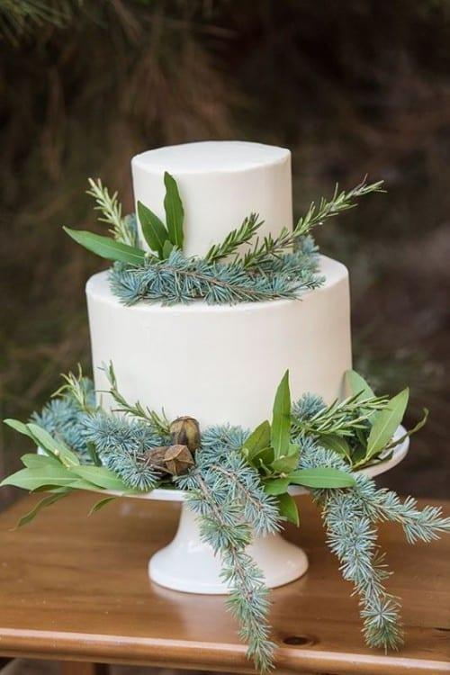 wedding cake avec des branches de sapin