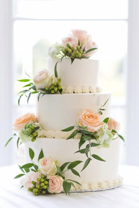 wedding cake blanc avec des roses