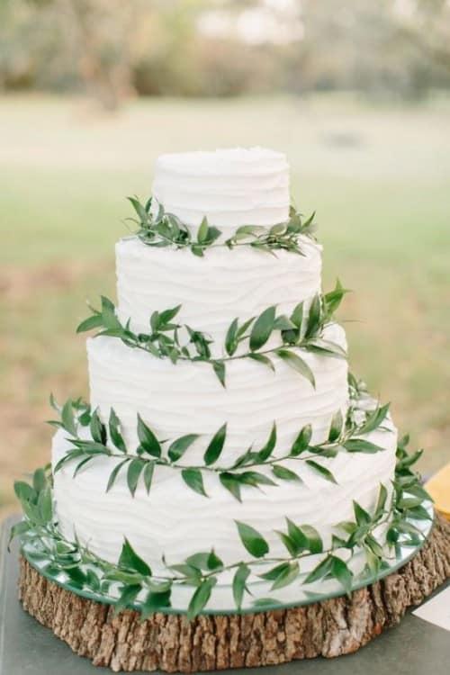 wedding cake blanc et vert sur tronc d arbre