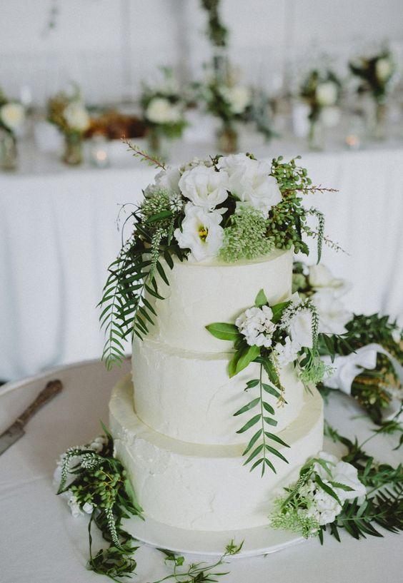 wedding cake blanc greenary et des roses blanches