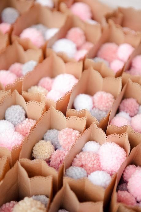 Et si on remplaçait les confettis ou le riz par des pompons tout mignons pour fêter la sortie des mariés ?