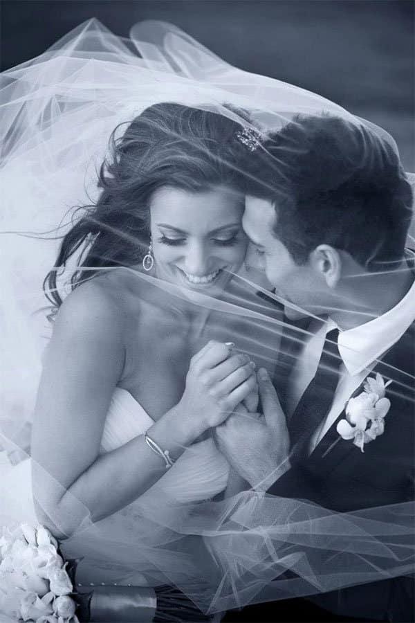 couple de maries souriant sous le voile