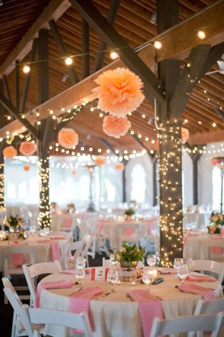 Rien de mieux que quelques pompons en papier crépon pour habiller le plafond de la réception de mariage, une décoration idéale pour les mariages d'esprit bohème ou champêtre.
