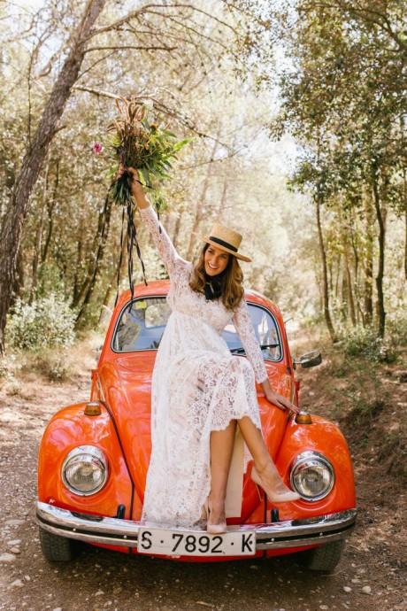 mariee chapeau voiture rouge