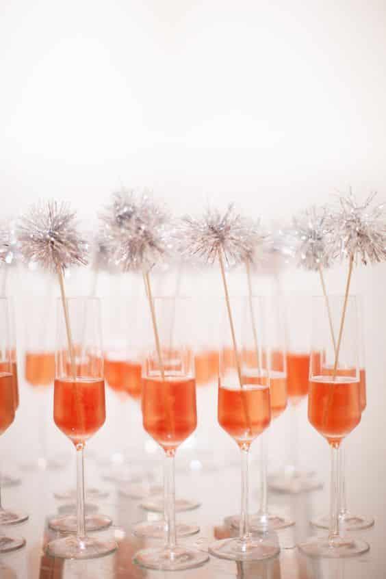 Les pompons se glissent même dans les cocktails lors du vin d'honneur... Mais en version scintillante s'il vous plaît !