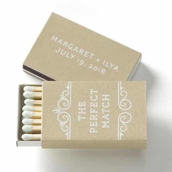 Pochette d'allumettes gravée avec les initiales des mariés