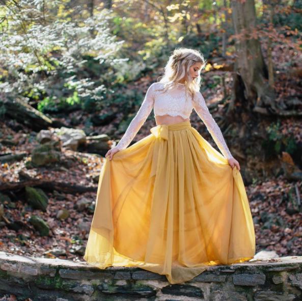 Robe de mariée bohème jaune et crop top blanc