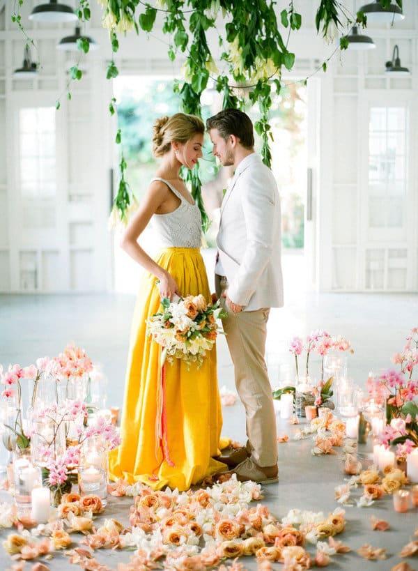 Robe de mariée jupe jaune et crop top blanc