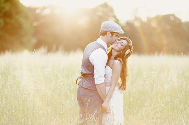 couple amoureux dans les pres