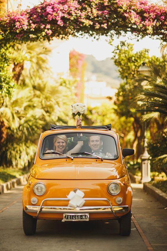 couple de maries amoureux en voiture jaune