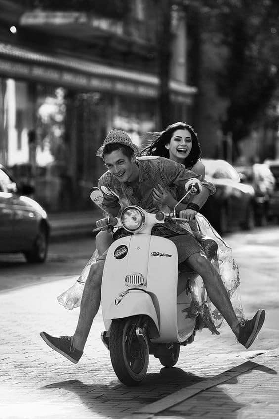 des amoureux sur une moto