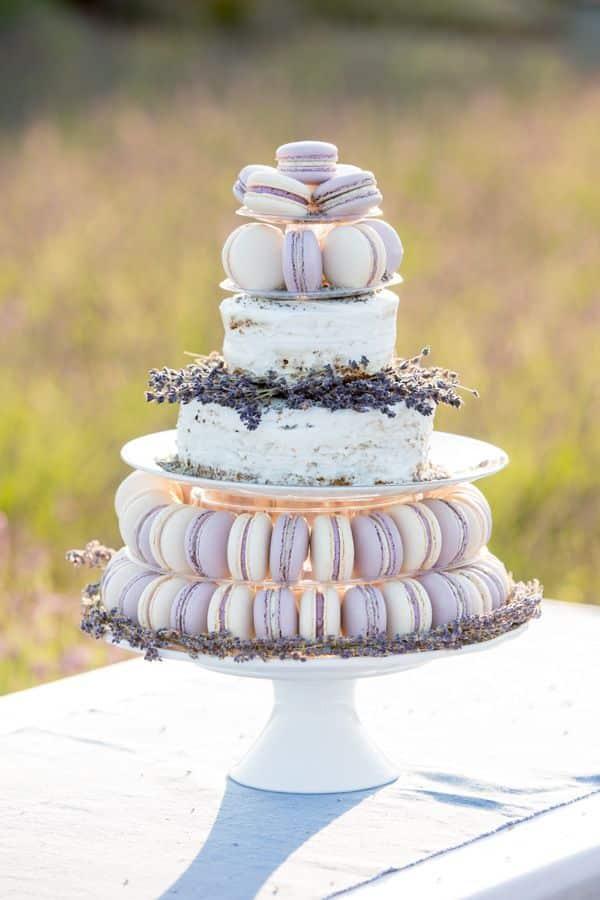 mariage au coeur d'un champ de lavande-pièce montée macarons