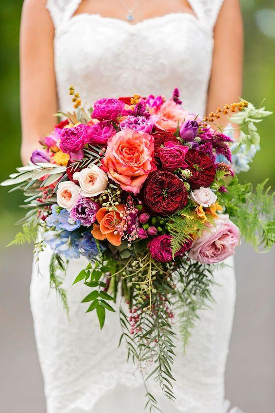 rose, tulipe, pied d'alouette eucalyptus, fougère et solidage