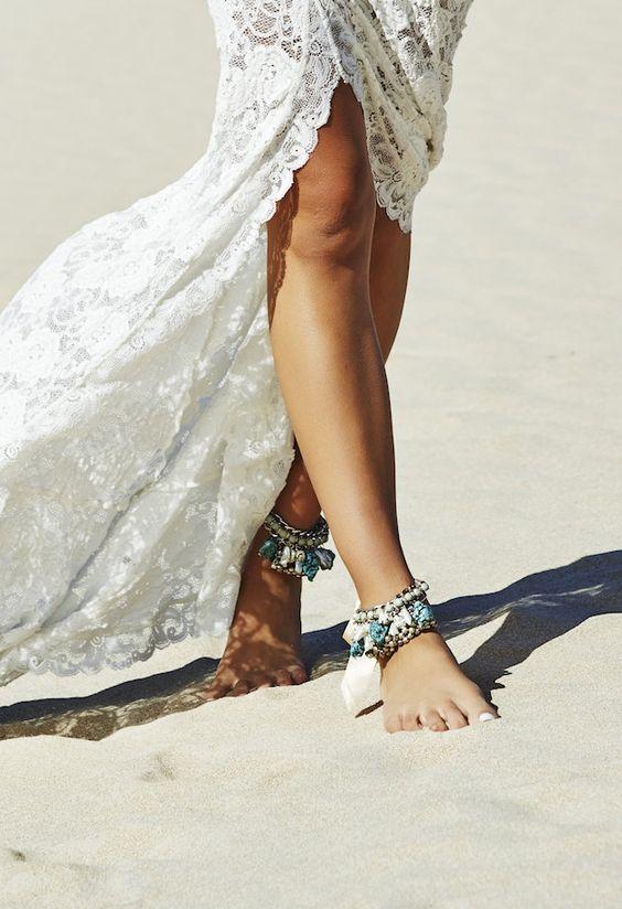 mariee pieds nus sur une plage