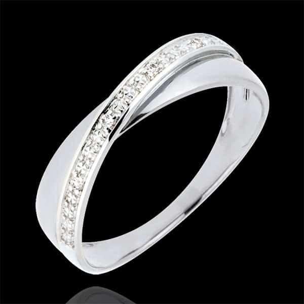 bague en or est traversée d'un anneau parsemé de diamants taille brillant.