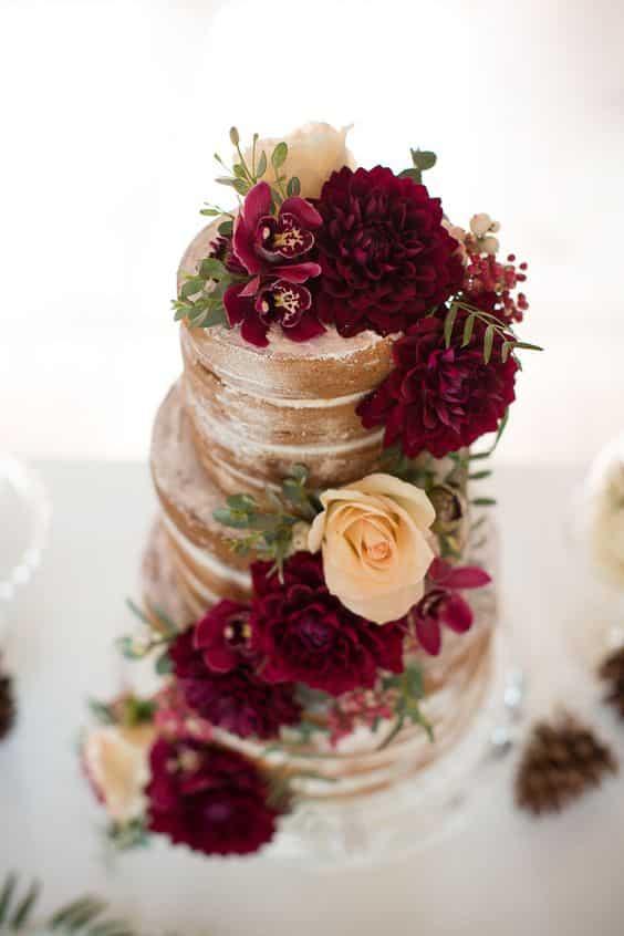 Naked cake et fleurs bordeaux