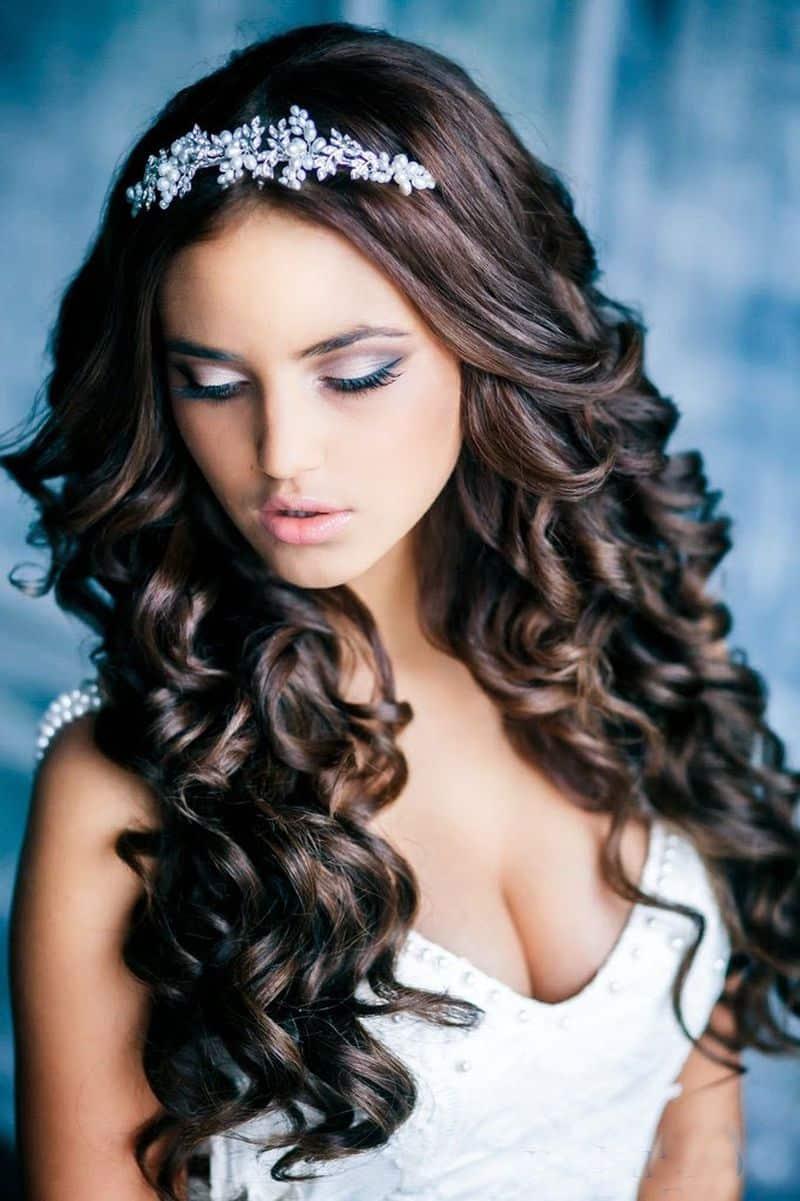 cascade de cheveux bouclés couronne