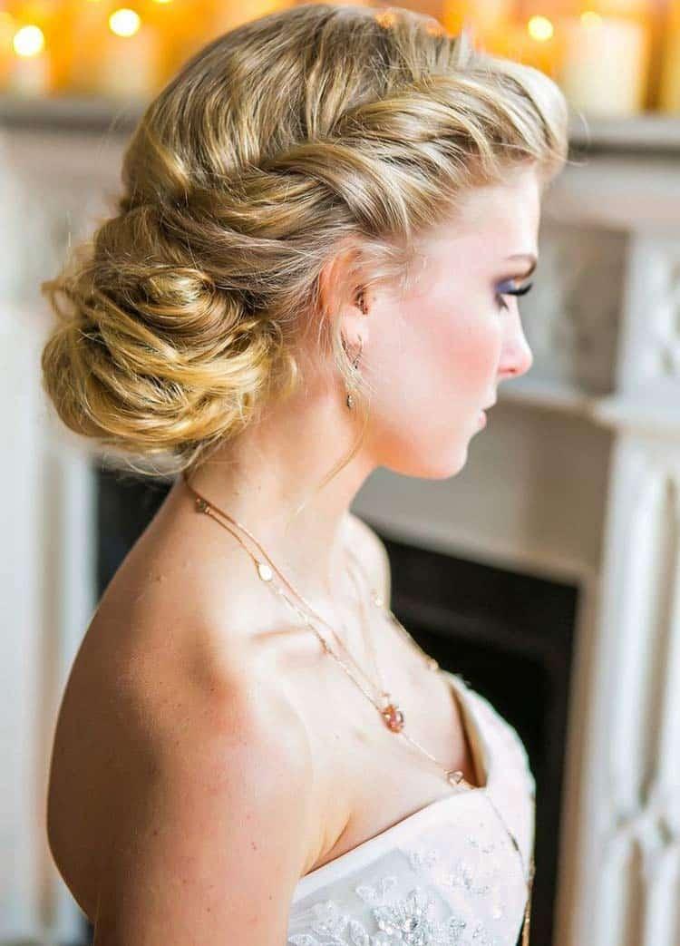 Quelle coiffure faire avec une robe bustier