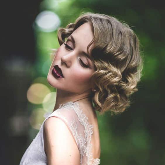 coiffure bouclé style années 20 mariage
