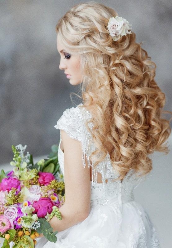 mariée cascade de boucles attchée