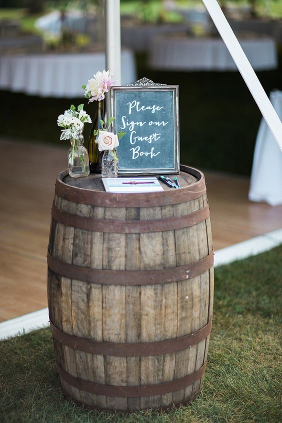 10 id es d coration de mariage rustique qui vont vous faire adorer les tonneaux - Couper un tonneau en deux ...
