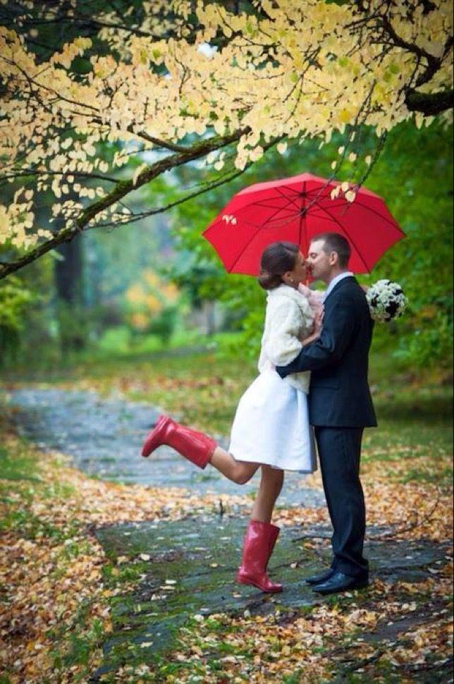Couple de maries sous la pluie