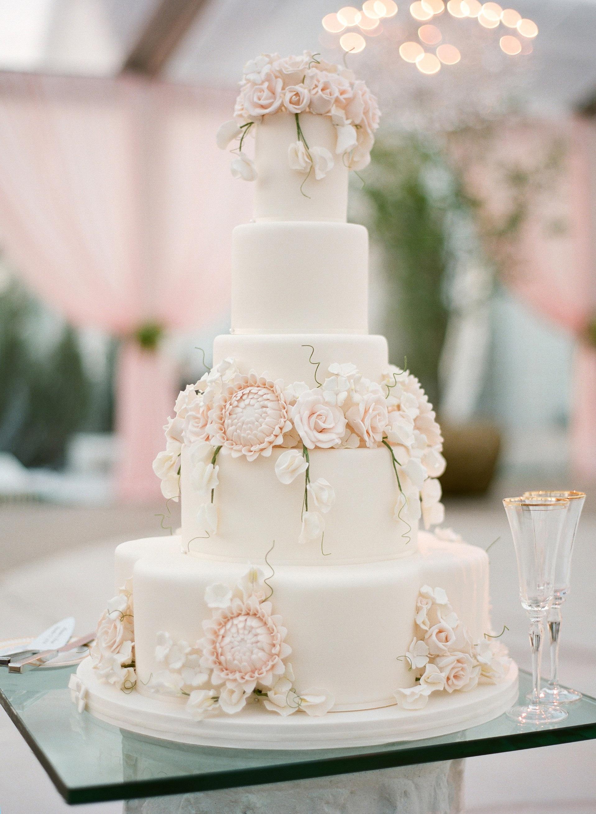 Un majestueux gâteau de mariage vegan saveur vanille.
