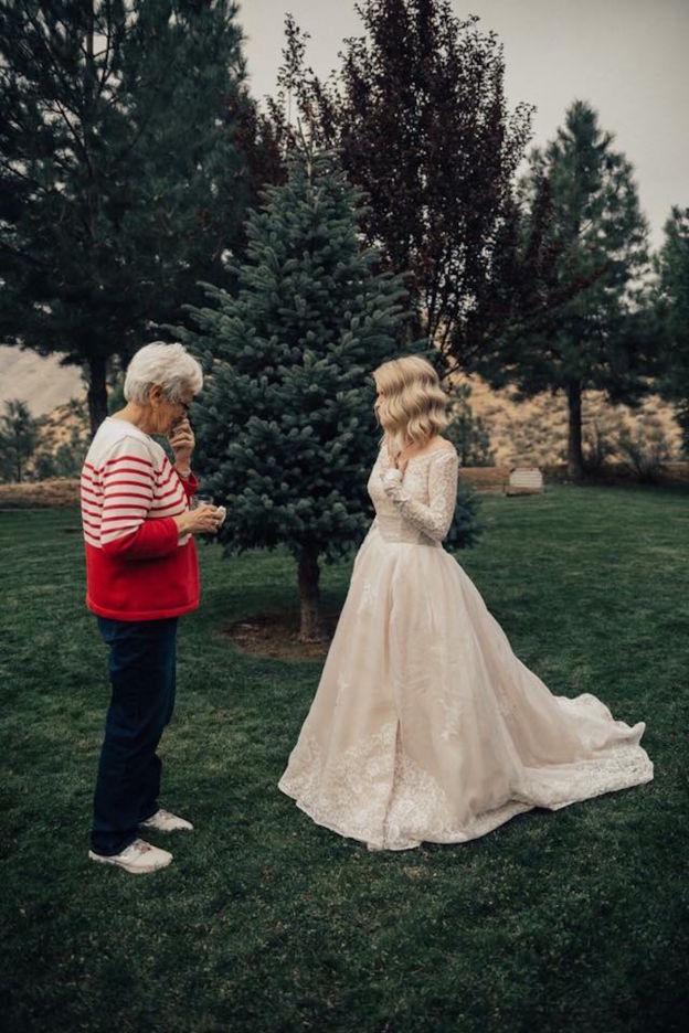 Une jeune femme surprend sa grand-mere en choisissant de porter la robe qu'elle avait pour son mariage en 1962 1