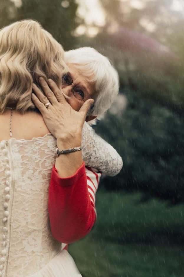 Une jeune femme surprend sa grand-mere en choisissant de porter la robe qu'elle avait pour son mariage en 1962 2