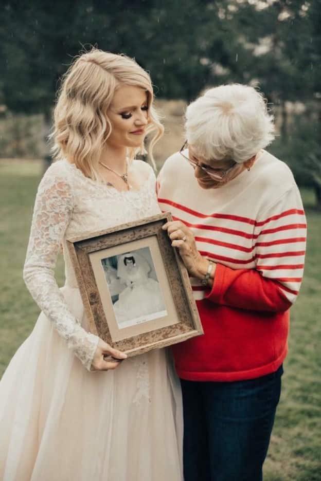 Une jeune femme surprend sa grand-mere en choisissant de porter la robe qu'elle avait pour son mariage en 1962 3