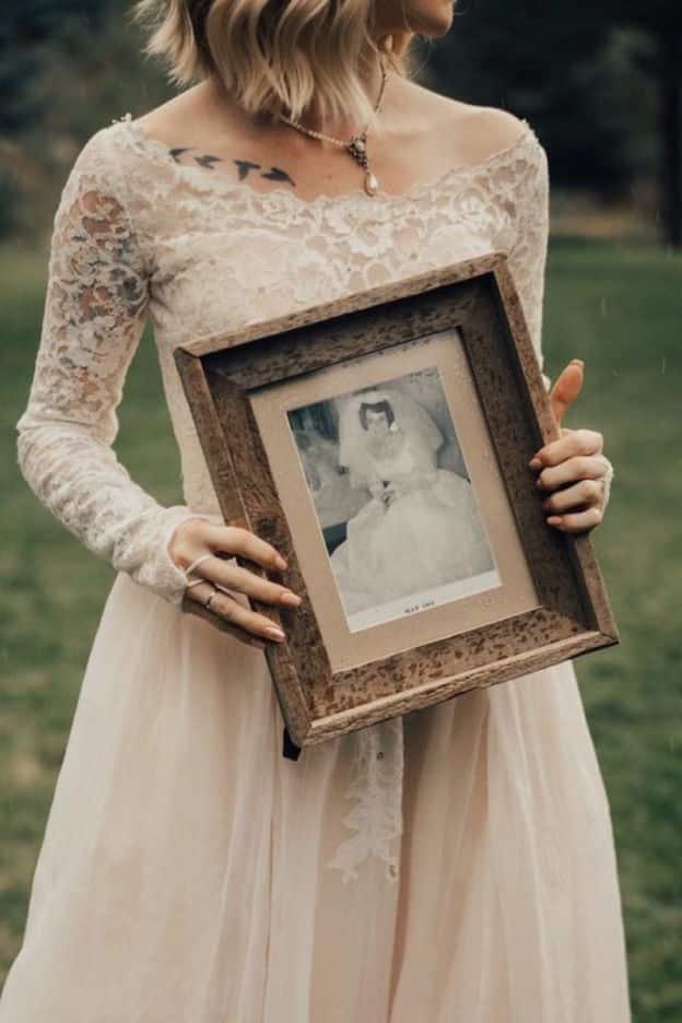 Une jeune femme surprend sa grand-mere en choisissant de porter la robe qu'elle avait pour son mariage en 1962 4