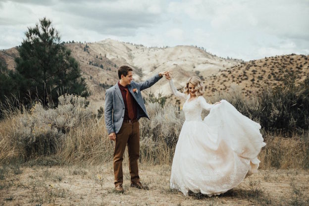 Une jeune femme surprend sa grand-mere en choisissant de porter la robe qu'elle avait pour son mariage en 1962 5