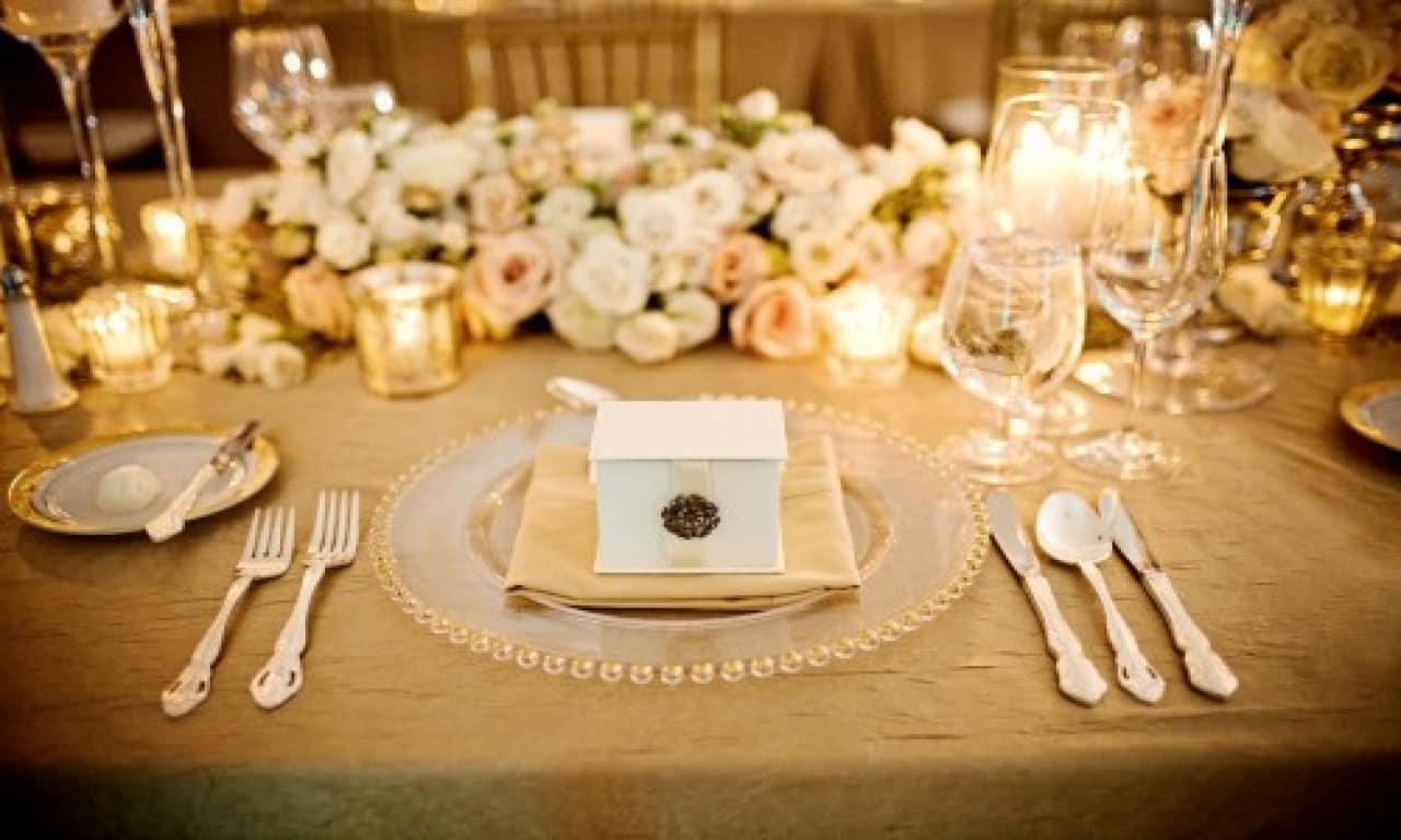 10 id es pour glisser quelques notes dor es sur vos tables de mariage. Black Bedroom Furniture Sets. Home Design Ideas
