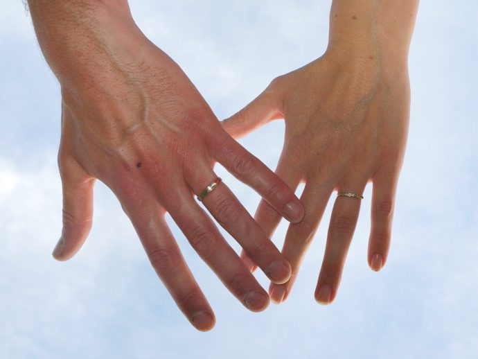 Couple de mariés avec des alliances.